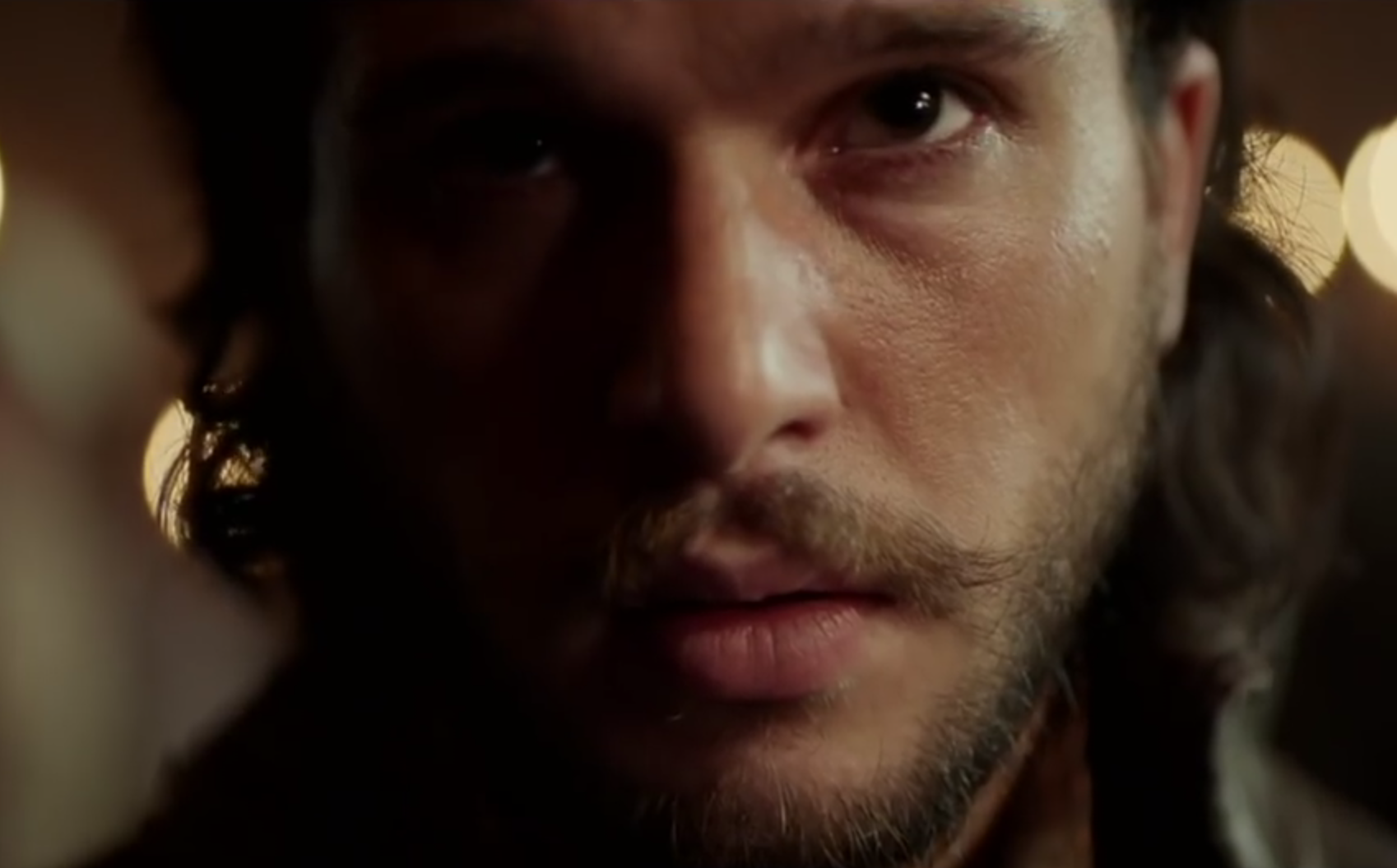 "Kit Harington, alias l'éternel Jon Snow de GoT, dans ""Gunpowder"". © Capture d'écran"